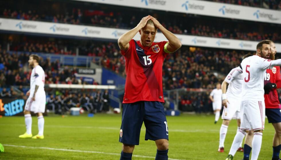 FALLER OG FALLER: Per Ciljan Skjelbred og det norske fotballandslaget. Foto: NTB Scanpix