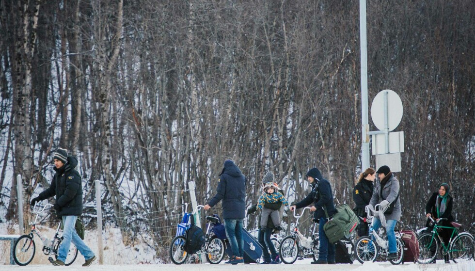 <b>KRYSSER GRENSA:</b>Flyktninger krysser grensa ved Storskog 12. november 2015. - Det som er foruroligende er at etter rekordåret 2015, etter massive konsekvenser for Europa, Tyskland, Norge, Sverige og flere søreuropeiske land har blitt dratt til randen av kollaps, ønsker innvandringsliberalere mer av det samme som skapte problemene, skriver artikkelforfatteren. Foto: AFP / JONATHAN NACKSTRAND