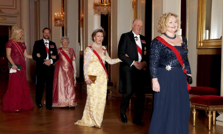 HEMMELIGHOLD: Slottet og Det kongelige hoff har til daglig kontakt med utenlandske statsledere, departementer, kommuner, fylker, foreninger og næringsliv. Men allmennheten er ikke sikret innsyn. Slottet har flere ganger holdt tilbake dokumenter pressen har spurt om. Fra høyre: Hoffsjef Gry Mølleskog, kong Harald, dronning Sonja, prinsesse Astrid, kronprins Haakon og kronprinsesse Mette-Marit. Foto: Vidar Ruud / NTB Scanpix