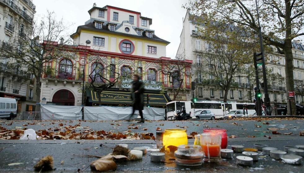 TRAGEDIE: Lys og hilsener utenfor konserthallen Bataclan i Paris etter terrorangrepene. Foto: NTB scanpix