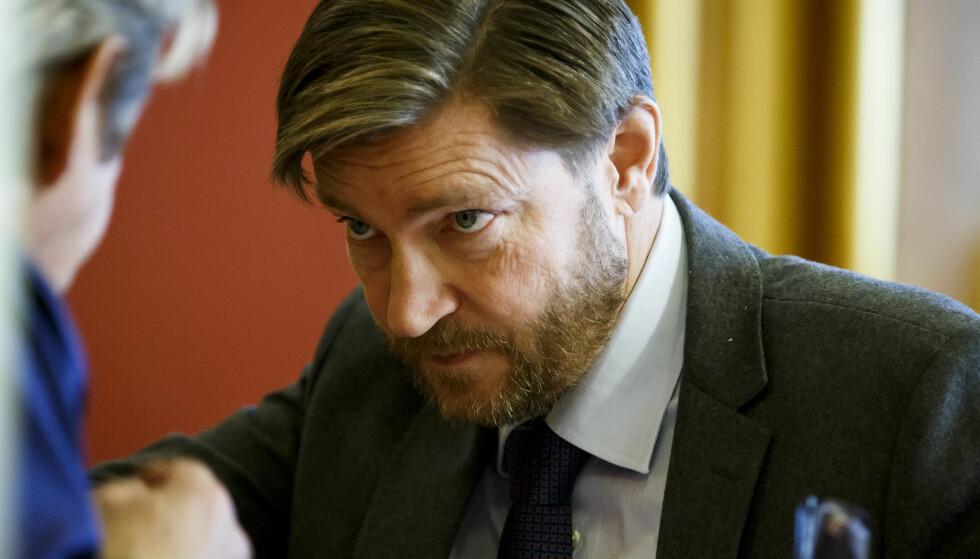 OSLO  20151111. FrPs Christian Tybring Gjedde snakker med en journalist under spørretimen på Stortinget onsdag. Foto: Heiko Junge / NTB scanpix