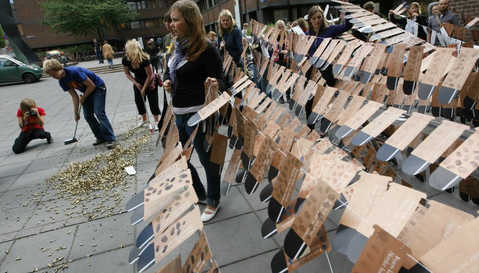 VÅPENEKSPORT: Changemaker demonstrerer utenfor Regjeringskvartalet i Oslo i februar 2015, for økt kontroll av norsk våpeneksport. Foto: Lise Åserud / SCANPIX