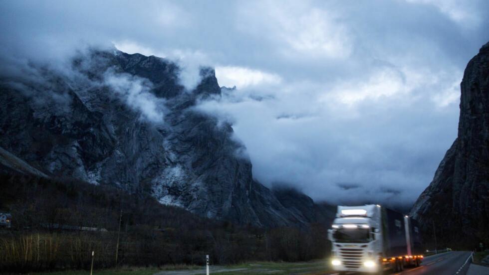 FJELLMASSIV: Langs veien kan man se fjellpartiet Mannen hvor geologene varsler at 120 000 kubikkmeter med stein står i fare for å rase nedover fjellsiden. Beboere i området ble høsten 2014 evakuert. Foto: Tore Meek / NTB scanpix