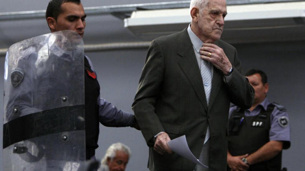 DØMT: Reynaldo Bignone den tidligere generalen og diktatoren som styrte Argentina på begynnelsen av 1980-tallet er dømt til 20 års fengsel. Foto: REUTERS/Marcos Brindicci