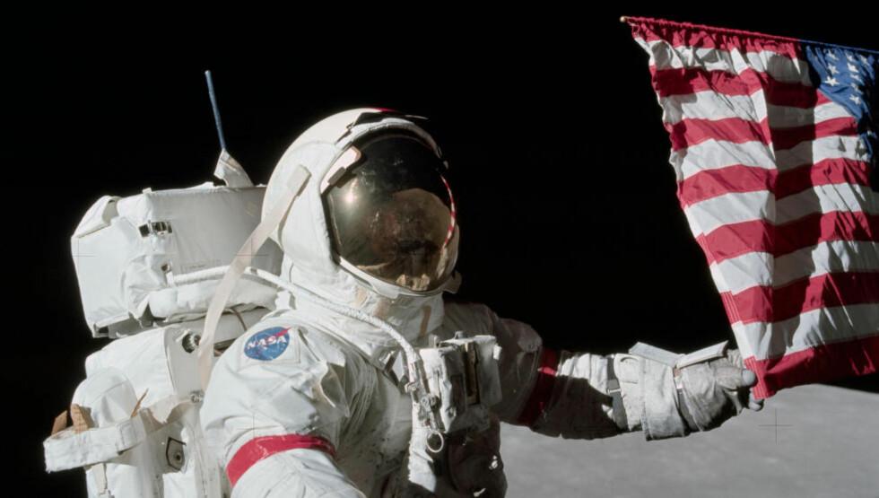 BORTE VEKK: De amerikanske flaggene på månen er trolig ikke til å kjenne igjen etter 47 år med varme og kulde og UV-stråling. Foto: NTBScanpix