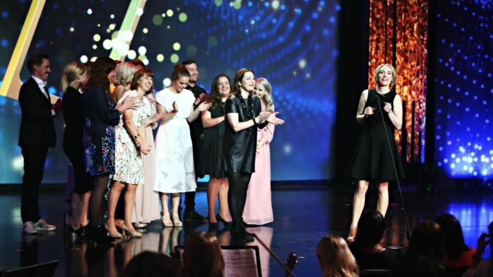OVERRASKELSEN: Jentene fra serien «Skam» delte ikke bare ut pris under Gullruten i Grieghallen sist lørdag, de fikk med seg tre priser selv også. Foto: Lise Åserud / NTB Scanpix