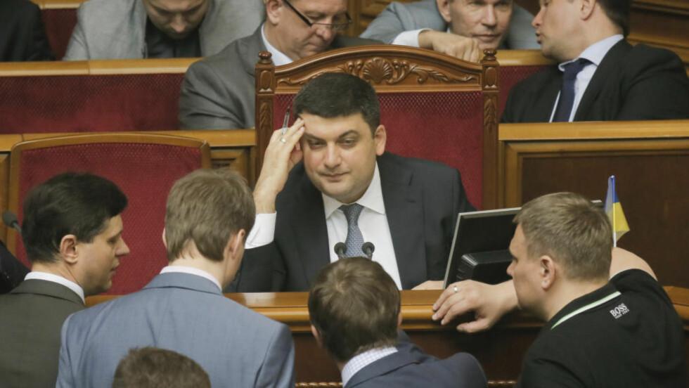 SJEFEN FOR DE DÅRLIGE TIDENE: Ukrainas nye statsminister Volodymyr Groysman (i midten). Foto: AP/Efrem Lukatsky/Scanpix