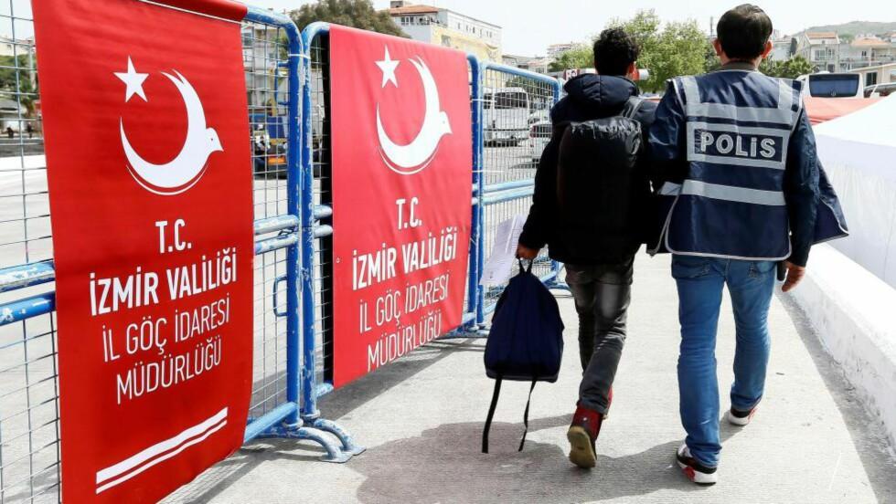 INGEN BØNN: En flyktning eskorteres av politi i den tyrkiske havnebyen Izmir, dit han kom med båt fra greske Lesbos som en del av returprogrammet EU har forhandlet fram med Tyrkia. Det skal hindre den farlige menneskesmuglingen i elendige farkoster på Egeerhavet.