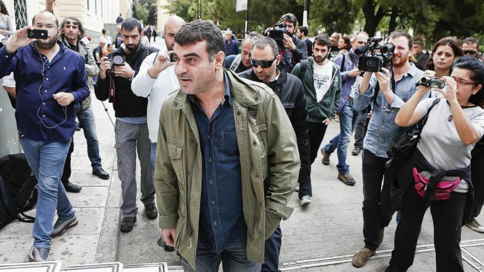 SIKTET: Den greske redaktøren Costas Vaxevanis ankommer retten i Aten i oktober 2012, etter at avisa hans trykket navnene på 2000 rike grekere med kontoer i sveitiske banker. Redaktøren ble siktet for å formidle beskyttet datainformasjon. Han ble til slutt frikjent. Foto: Reuters / NTB Scanpix