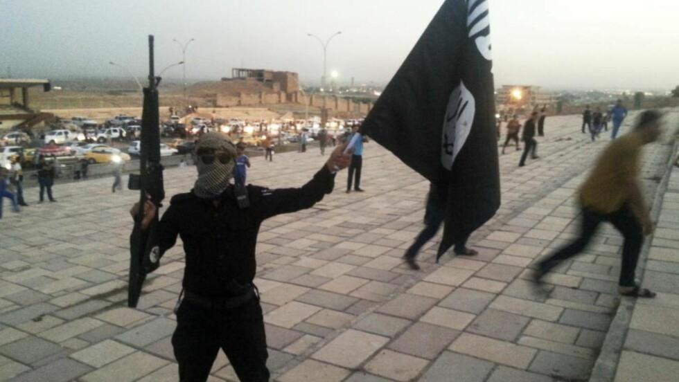 «BORTENFOR ISLAM»: IS med er med sin forherligelse av terror, ekstrem kvinneundertrykking og den ytterste sekterisme langt bortenfor islam. Det må forklares og vises, skriver kronikkforfatteren, som var en av de første i Norge som konverterte til islam. IS-soldaten er fotografert i Mosul, Irak. Foto: Reuters / NTB Scanpix