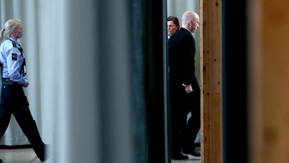 I RETTEN: Anders Behring Breivik føres ut av den provisoriske rettssalen i Skien fengsel. Foto: Bjørn Langsem / Dagbladet