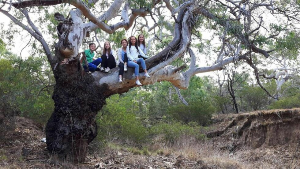 MED FAMILIEN: Artikkelforfatteren vil gjerne høre til både Norge og Australia. Her er hun med sine søsken i Australia. Fra venstre Kevin, Yvonne, Anita, Jannicke og Sandra. Foto: Privat