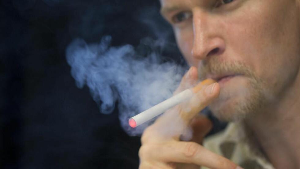 KRITISK: E-sigaretter ser mer og mer ut som vanlige sigaretter. Kronikkforfatteren mener det er flere betenkeligheter med å gjøre dem lett tilgjengelige. Foto: Berit Roald / NTB scanpix