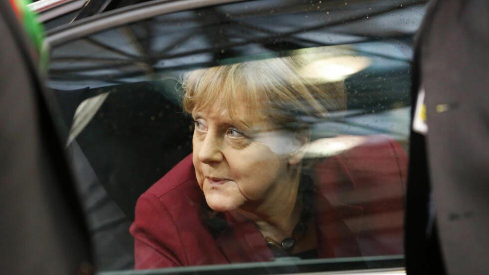 PÅ VEI UT: Tysklands forbundskansler Angela Merkel på vei ut av bilen i går. EU-Tyrkia toppmøtet ser ut som et gjennombrudd. Foto:  REUTERS/Yves Herman/Scanpix