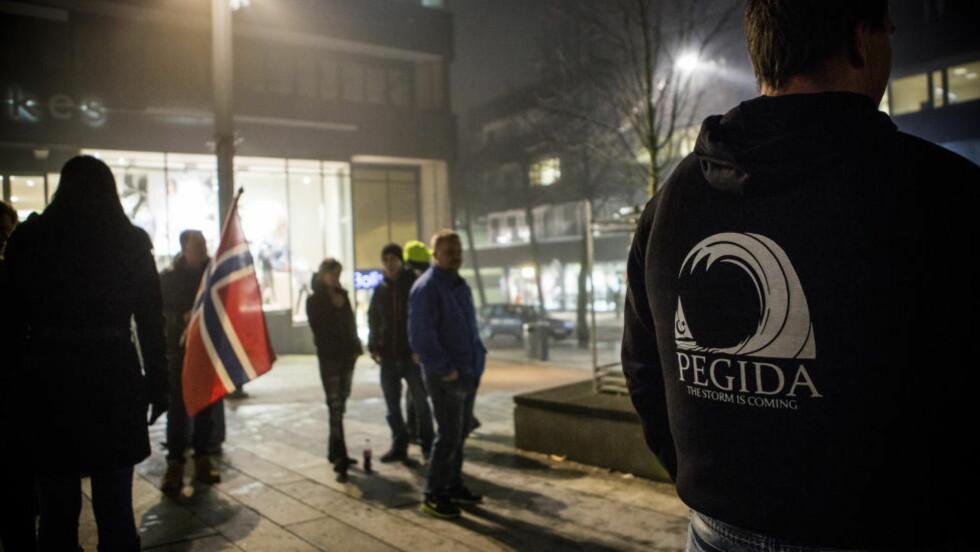 SKILLER IKKE:  Kan det være at norske medier har manglende kunnskap om hva religionskritikk egentlig er og ikke er? Bildet er fra en Pegida-demonstrasjon i Tønsberg desember i fjor. Pegida er en av organisasjonene kronikkforfatterne (se nederst i artikkelen) trekker fram. Foto: Christian Roth Christensen
