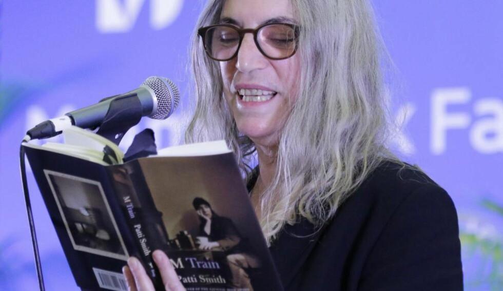 NY BOK: Patti Smith leser fra sin nye bok «M Train» under ei bokmesse i Florida i november. Foto: NTB Scanpix
