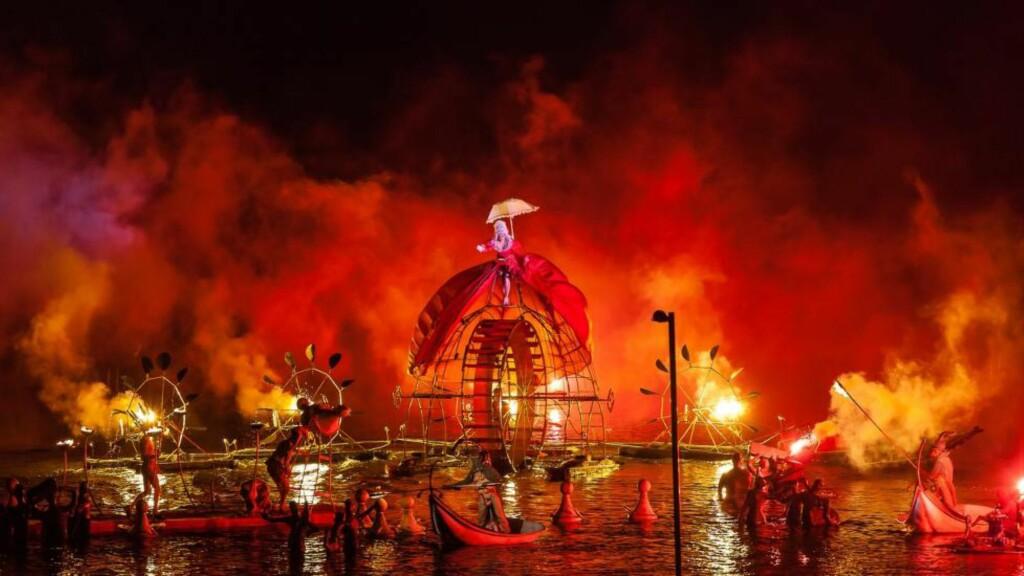 SJØSATTE FESTSPILL: Franske Water Fools inntar Lille Lungegårdsvann i Bergen under årets Festspill. Foto: FiB