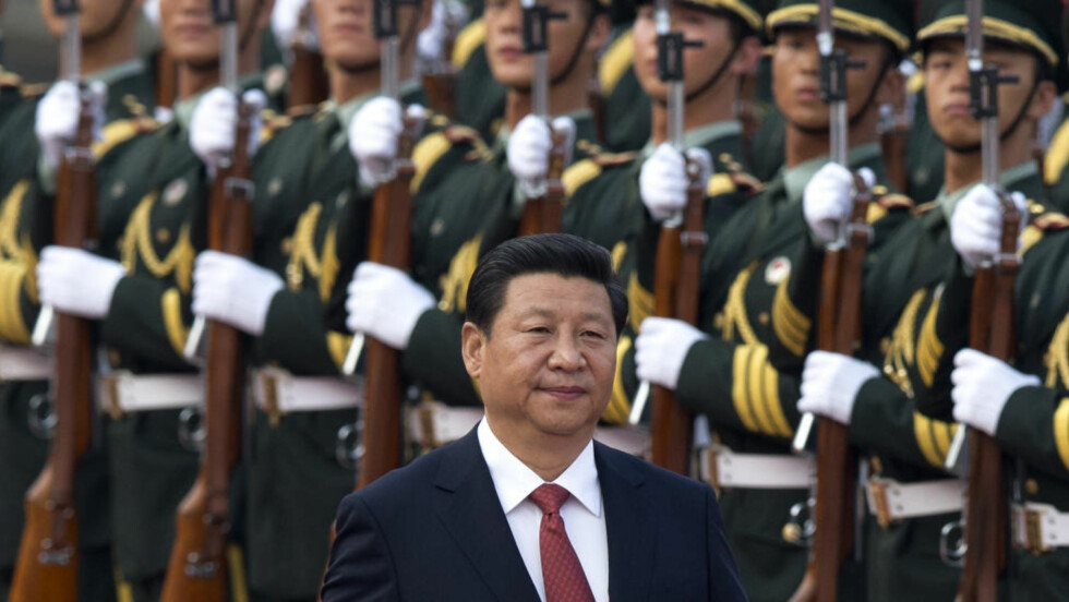 KONSOLIDERER MAKT: Kinas president Xi Jinping inspiserer troppene. Han har ført Kinas utenrikspolitikk over i en mer proaktiv linje. Verden vet ikke helt hva han vil. Foto: AP / NTB Scanpix