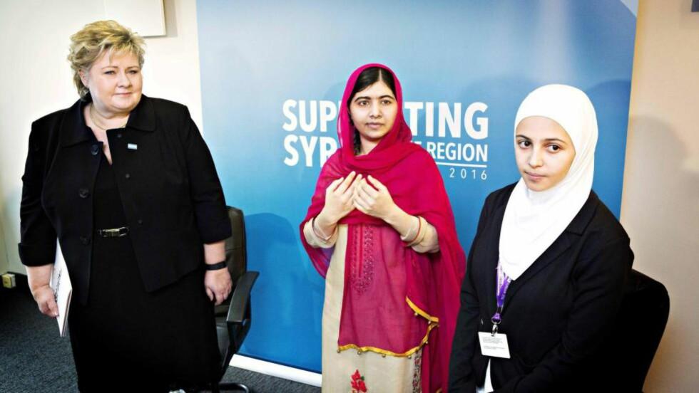 LONDON-MØTE: Under giverlandskonferansen i London møtte Erna Solberg den indiske meneskerettighetsaktivisten Malala og hennes venninne Mazoun Almellehan, som har flyktet fra Syria. Foto: NIna Hansen