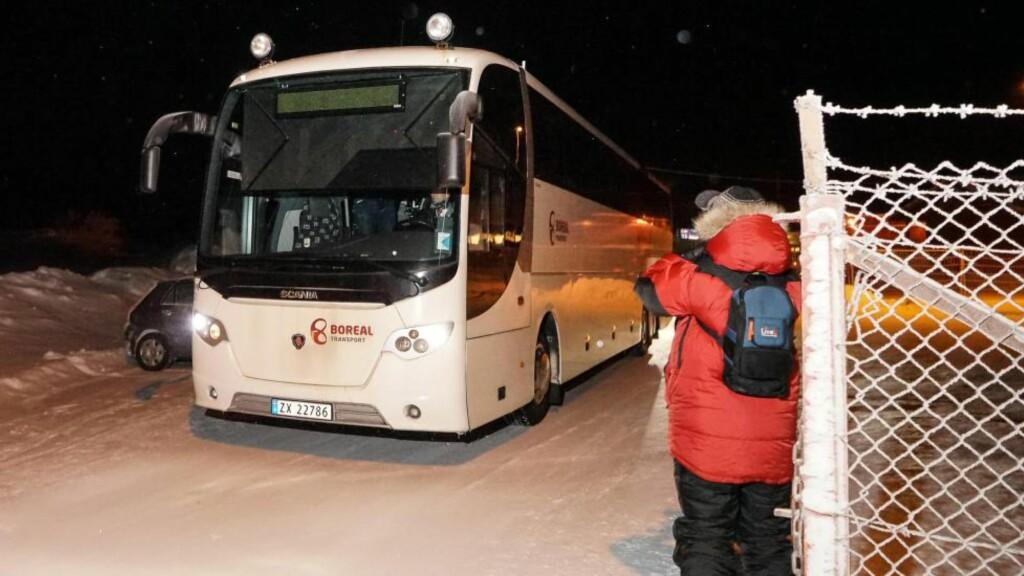 RETURNERT: Tirsdag kveld ble 13 asylsøkere hentet ut fra Ankomstsenter Finnmark på Høybuktmoen utenfor Kirkenes, og returnert over Storskog grensestasjon til Russland. Foto: Ole-Tommy Pedersen / iFinnmark.no / NTB Scanpix