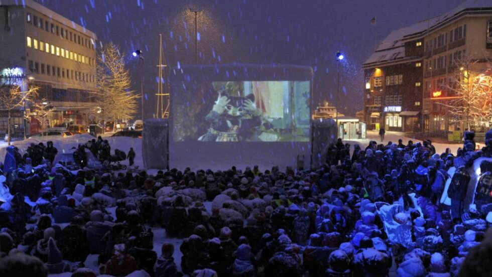 FILMBYEN:  Under Tromsl internasjonale filmfestival, som åpner i dag, vises film over hele byen - også på torget. I år vises 143 filmer fra hele verden for et stadig større publikum. Foto: Samfoto / NTB Scanpix