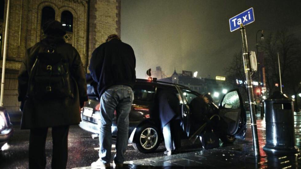 DROSJEKONKURRENTER I KØ: Den tradisjonelle taxinæringen har fått en konkurrent i formidlingstjenesten Uber. Men myndighetene må skape like konkurransevilkår, skriver artikkelforfatteren -  som selv er drosjesjåfør. Foto: Jon Terje H. Hansen / Dagbladet