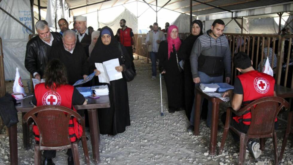 KORTREIST BISTAND: Syriske flyktninger i kø for å få hjelp fra FN-organisasjonen UNHCR i Tripoli i nabolandet Libanon. Foto: Omar Ibrahim / Reuters / NTB Scanpix