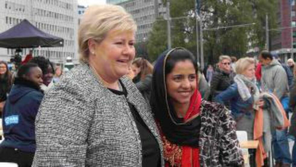 MØTTE ERNA: Sonita (16) fra Afghanistan møtte sttasminister Erna Solberg i oktober. Foto: Plan International