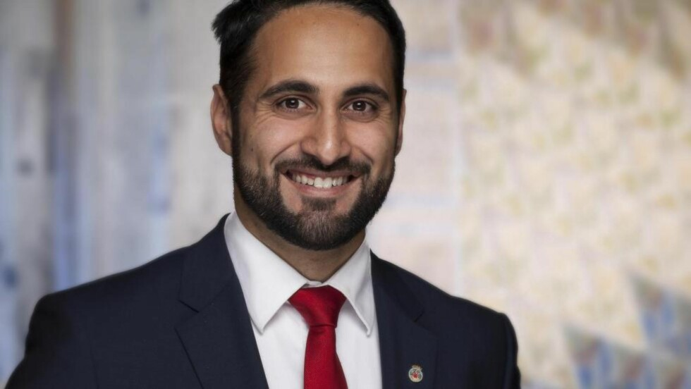 Bystyremedlem Nasir Ahmed (Ap) mener mediene er for ensidig opptatt av hijab-debatten.