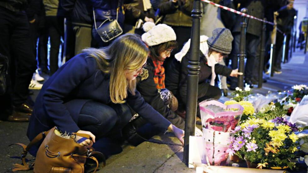 SØRGER: Pariserne sørger etter terroren fredag. Foto: Frank Karlsen / Dagbladet