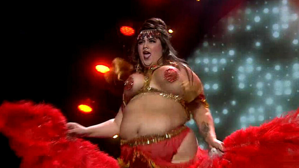 BURLESQUE: Carina Carlsen alias Fifi von Tassel kastet klærne i burlesque-innslaget i TV 2s «Norske talenter» forrige fredag. Her forklarer hun hvorfor hun gorde det. Foto: TV 2