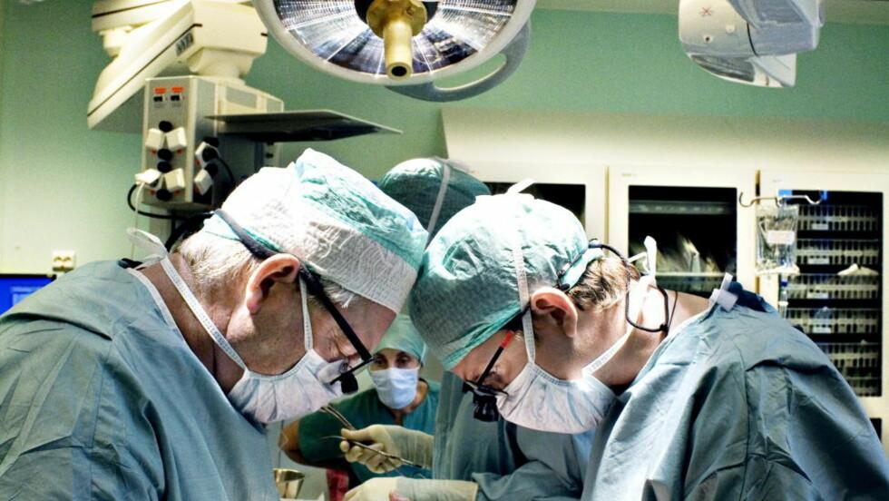 ORGANSALG: Nyretransplantasjon på Rikshospitalet. Overlege Øistein Bental og Morten Hagness ved Rikshospitalet transplanterer organer. Foto: HANSEN/NINA