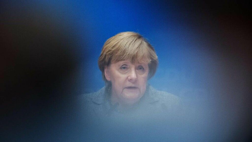 UT AV TÅKA: Den tyske forbundskansleren Angela Merkel er i hardt vær på grunn av flyktningkrisa i Europa. Foto: AFP / DPA / NTB Scanpix