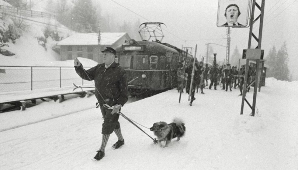 KONGENS TRIKKETUR: Det er desember 1973 og bensinkrise. Kong Olav har løst billett og tatt med seg ski og staver -  og hunden Troll -  på trikken opp til Frognerseteren. Foto: Odd Wentzel / Dagbladet