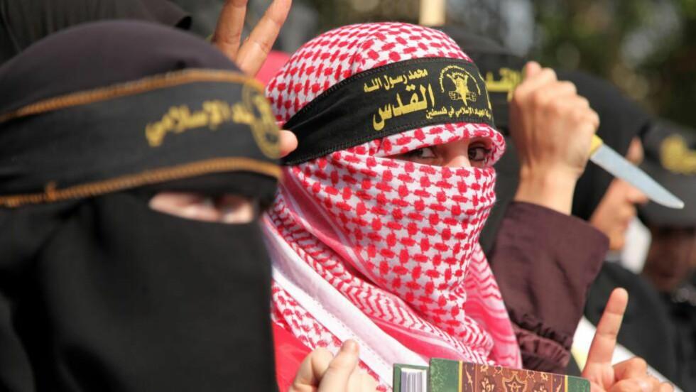"""""""KNIVENES INTIFADA"""":  På noen få uker er noe sånt som 51 palestinere og ti israelere drept. Her demonstrerer kvinner i Gaza i solidaritet med palestinere i Jerusalem og på Vestbredden. Foto: NTB Scanpix"""