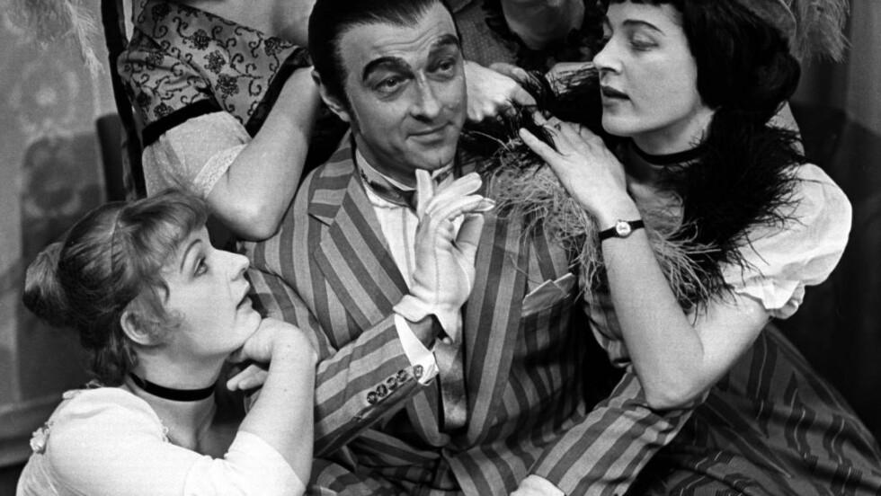 """LØNNSFORHANDLINGER: Tolvskillingsoperaen fra 1966 med Frank Robert som """"Mac the Knife"""" satte kanskje en slags standard for hvordan en lønnsforhandling ved Den norske Opera skal foregå. Det kan virke slik i dag. Foto: NTb Scanpix"""