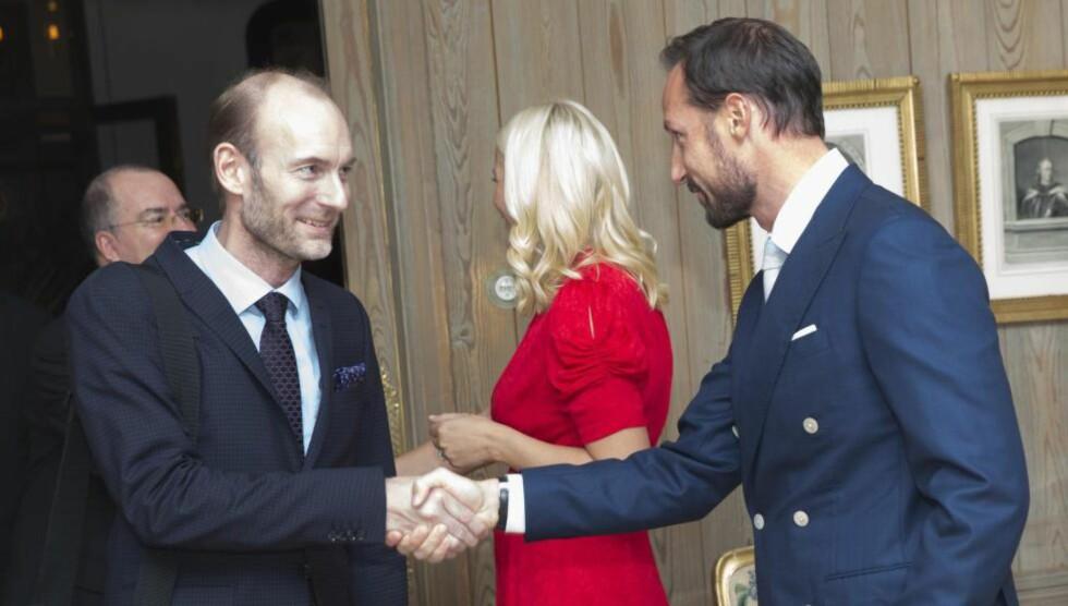 HØYTIDELIG: Kronprins Haakon og kronprinsesse Mette Marit inviterte på litteraturmiddag på Skaugum. Knut Olav Åmås hilser på kronprinsen. Foto: NTB Scanpix