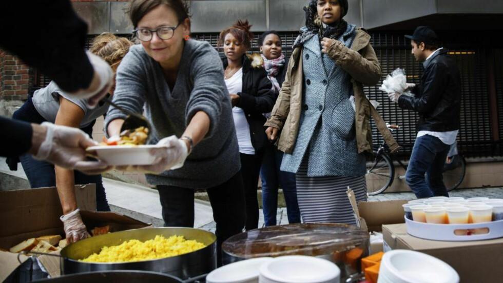 VEKKER SINNE:  De restaurantene og bedriftene som stiller opp frivillig for de syriske flyktningene på Tøyen, blir møtt med aggresjon og trusler om boikott. Foto: Berit Roald / NTB Scanpix