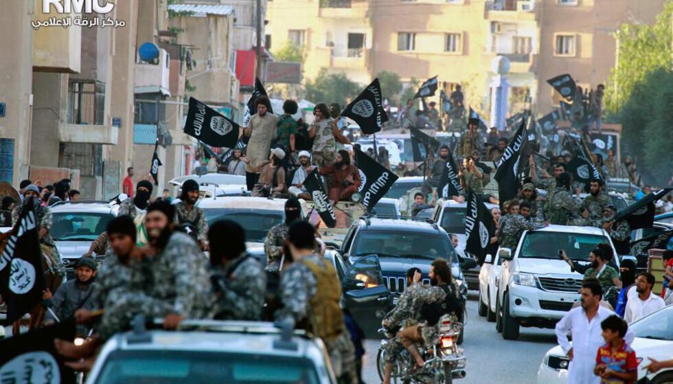 RYKKET INN: Sommeren 2014 paraderte Den islamske stat (IS) gjennom Raqqa nord i Syria, og rekrutteringen til gruppa var på sitt toppunkt. Foto: AP / NTB scanpix
