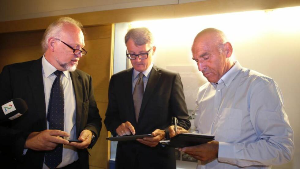 UDEMOKRATISKE? Investor Arthur Buchardt og Aker-sjef Øyvind Eriksen ville gi en julegave til hele Norge i form av en ny kreftklinikk, men kan gaven være udemokratisk?  Foto: NTB scanpix