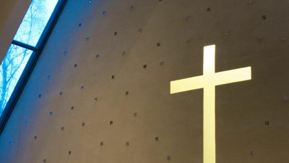 BØRS OG KATEDRAL: Det er på tide å behandle Den norske kirke som andre trossamfunn, skriver innleggsforfatter. Foto: Espen Bratlie / Samfoto /NTB Scanpix