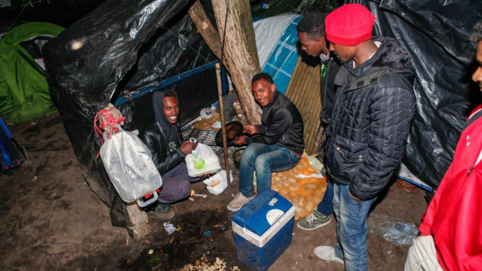 VENTEVÆRELSE: Flyktninger på vei til Storbritannia har samlet seg i Calais i Frankrike for å vente på den store dagen da de vil lykkes i å ta seg gjennom Eurotunnelen. Foto: Maxime Reynaud / Scanpix / APS-Media/ABACAPRESS.COM