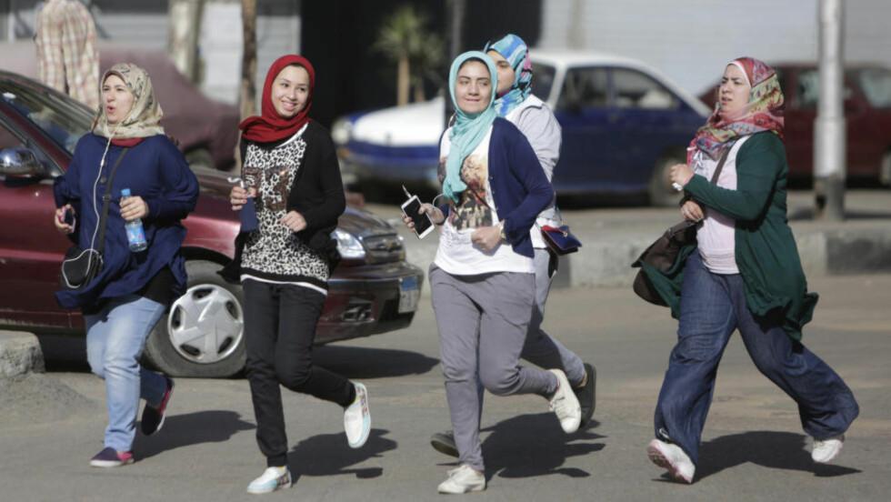 LIKESTILLING: Det er likevel naivt å tro at retorisk slagkraft, i verdidebattene om kvinnesyn og hijab er det som skal til for å løfte muslimske kvinner ut av fattigdom og inn i samfunnet, skriver Warsan Ismail. Foto: Amr Nabil / NTB Scanpix