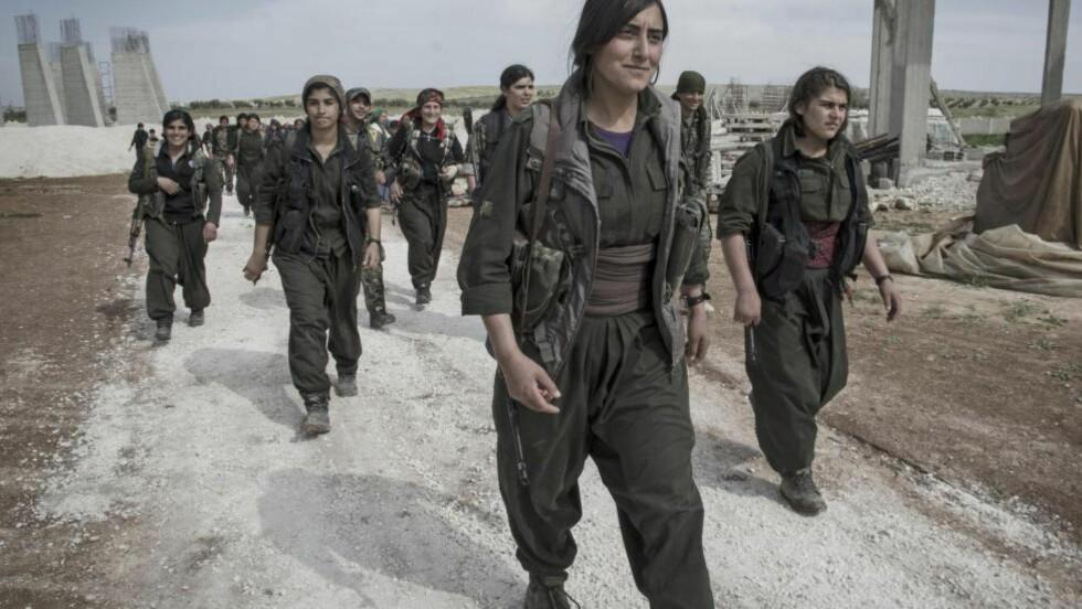 KOBANE: Kurdiske styrker, hvor kvinner deltar i kamp, erobret byen Kobane i Syria etter voldsomme kamper mot ultra-islamistene i IS. USA slapp ned våpen til dem fra fly, noe som gjorde president Recep Tayyip Erdogan rasende. Foto: Alexandro Auler / Scanpix / Redux