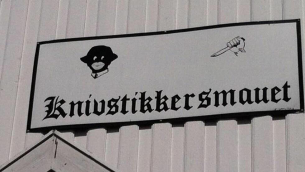 OMSTRIDT:  Skiltet har hengt der i ti år, men nå vil folk i Kragerø ha det fjernet. Flere mener det er støtende og rasistisk.  Foto: Kirsten Haaland.