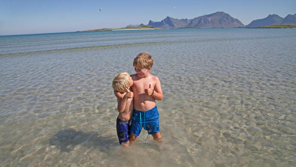 SÅRBART, VAKKERT - OG OLJERIKT: To brødre bader på Lofot-kysten. Også oljebransjen vil ha tilgang til disse havområdene. Foto: Nils-Erik Bjørholt / NTB scanpix.