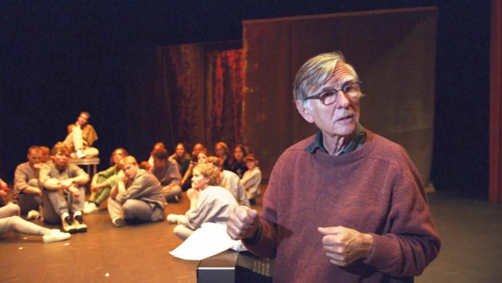 PRODUKTIV: Barthold Halle har hatt regi i mer enn 150 oppsetninger, opera, teater film, radioteater, fjernsynsteater og dukketeater. Her instruerer han en ungdomsoppsetning ved Sandvika Teater. Foto: Geir Bølstad