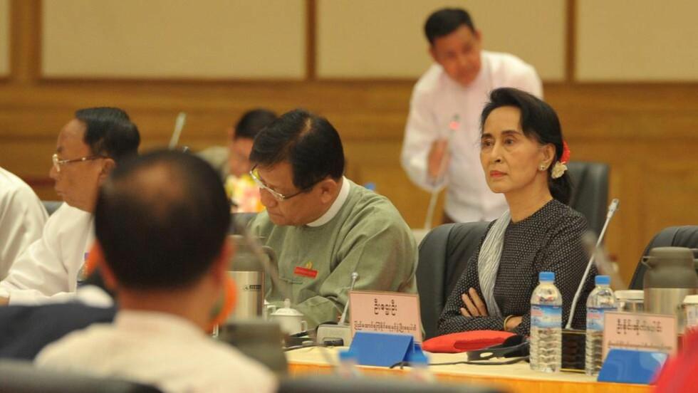 """KRITISK:  Burmas pro-demokratiske leder Aung San Suu Kyi (til høyre), som tidligere stilte seg positivt til reformene fra president Thein Sein, sier nå at prosessen ligner en """"parodi på demokratiet"""". Hun kritiserer den overoptimistiske tilnærmingen man har sett fra enkelte vestlige land, skriver Burmakomiteen i Norge.  AFP PHOTO / SOE THAN WIN"""