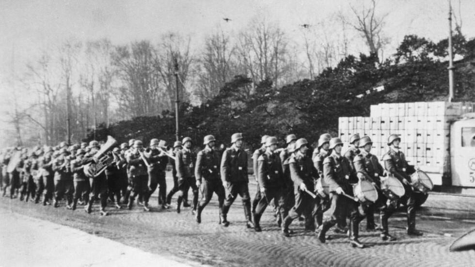 Aftenposten Oslo:  Tyske tropper marsjerer innover Drammensveien 9. april 1940. Foto: Aftenposten