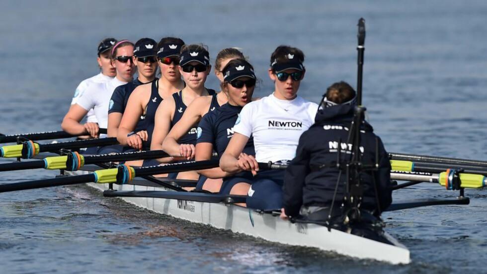 HISTORISK SEIER FOR KVINNEIDRETTEN:  Etter 186 år har det tradisjonelle «The Boat Race» blitt til «The Boat Races»: for første gang konkurrerer kvinnelagene på samme strekning og på samme dag som herrelagene. AFP PHOTO / BEN STANSALL